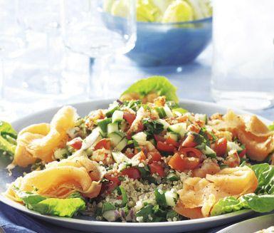 Tabbouleh är en libanesisk sallad med quinoa som bjuder på en kulinarisk smakupplevelse. Med en rad spännande ingredienser som mynta, vitlök, kajennpeppar, kräftstjärtar och lax imponerar du vid middagsbordet med denna härliga orientaliska rätt.