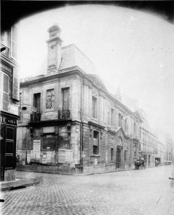 L'Hôtel Carnavalet. De 1664 à 1695, il fut habité par la Marquise de Sévigné.  Construit entre 1548 et 1560, (Pierre Lescot) Il a été édifié pour Jacques de Ligneris, président du Parlement de Paris.    Le musée Carnavalet est le musée municipal parisien consacré à l'Histoire de Paris des origines de la ville à nos jours. Situé dans le quartier du Marais au 23, rue de Sévigné, à Paris, dans le 3e arrondissement,