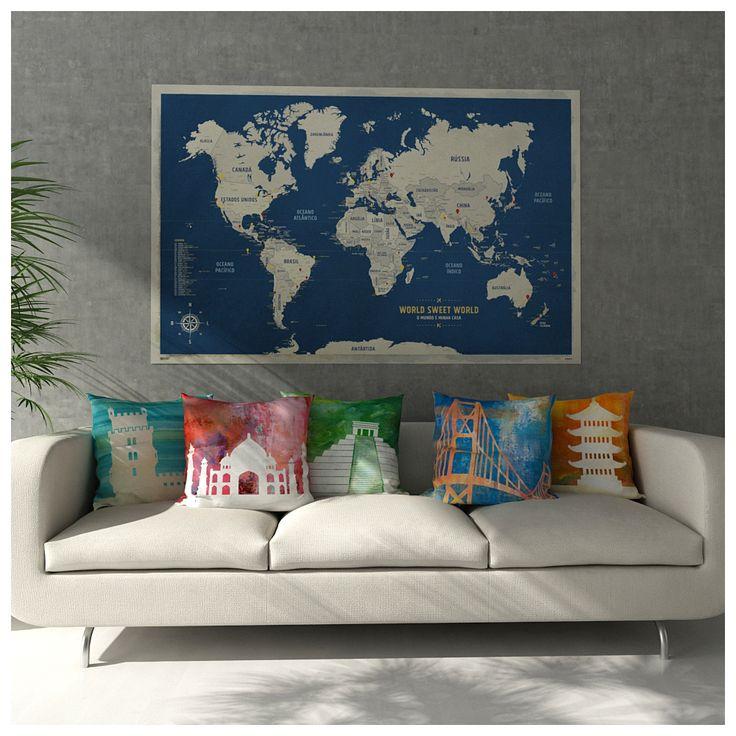 Poster mapa-múndi grande com pins-adesivos e almofadas de ícones mundiais decorando sala de estar com sonhos de viagem!