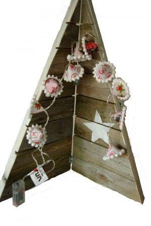 Deze houten kerstboom in steigerhout steil is van een oude pallet gemaakt. Hij klapt open en dicht met scharnieren en blijft zo makkelijk staan. De schattige lampslinger maak je met wat restjes katoen. Op de site staat de complete werkbeschrijving van slinger en van steigerhouten kerstboom.