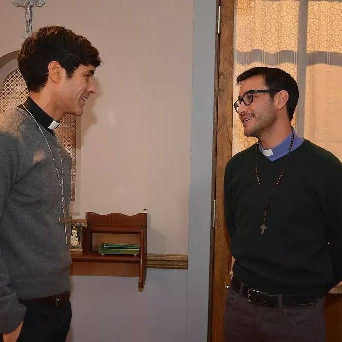 Joaquin (Luciano Pereyra) llega al Convento Santa Rosa a visitar a su amigo Tomas (Mariano Martinez). El Gato (Pedro Alfonso) escuchara su voz y no dudara en hacerse de plata a costa de su talento para el canto