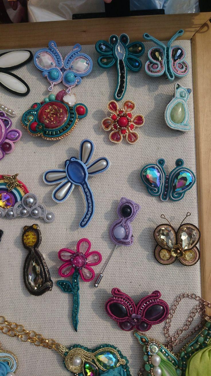 Брошки-крошки бабочки, стрекозки, котики и другие яркие брошки сделанные в сутажной технике с натуральными камнями и кристаллами.