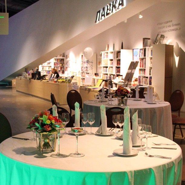 За столиками Кафе находится Лавка с интересной иудаикой, книгами и сувенирами. Интересное место, хочется приехать вновь.