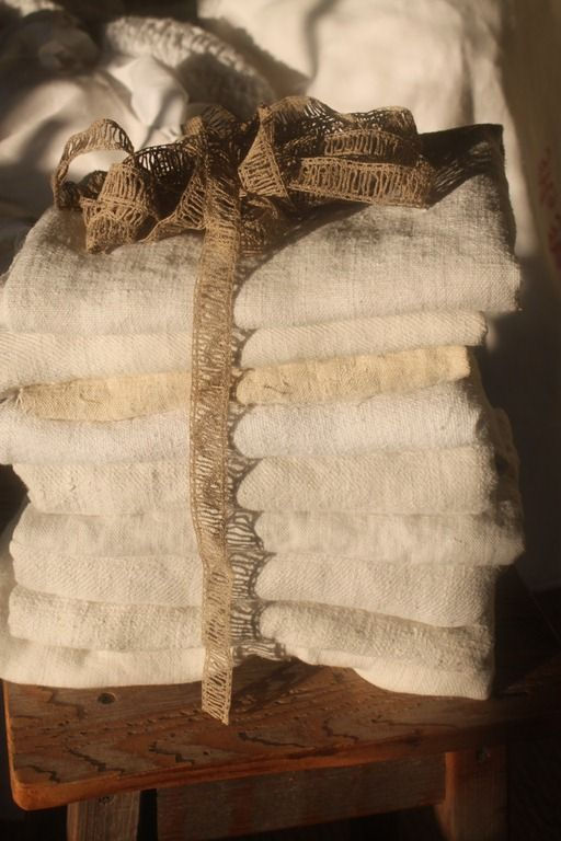 What a lovely, indulgent bundle of super soft linen towels in wonderful creamy white shades accented with natural jute trim!