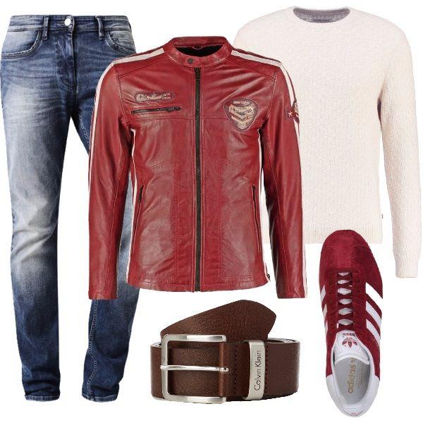 Outfit per il tempo libero con giacca in pelle rossa scura, maglione a girocollo bianco e jeans slim fit. Le sneakers, bordeaux, sono in pelle effetto scamosciato, con stringhe e suola di gomma. La cintura di Calvin Klein, marrone scuro completa il look.