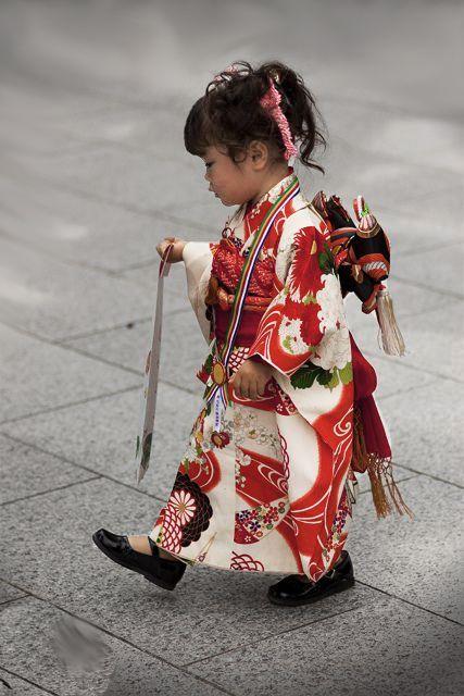 thekimonogallery: Girl in ceremonial kimono (Shichi-go-san) Japan.