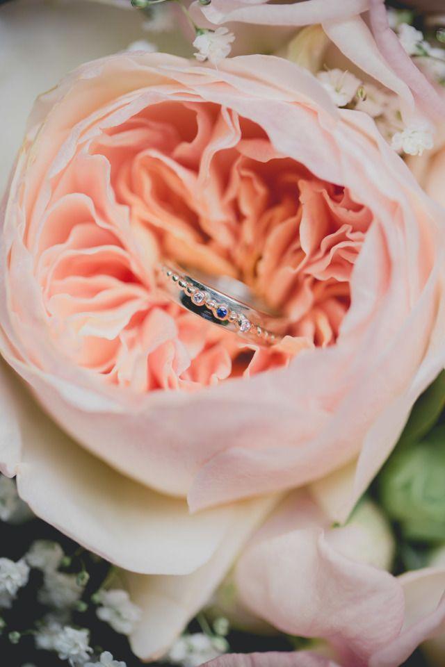 Credit: Underneath the Apple Tree - huwelijk (ritueel), bloem (plant), rozen, liefde, romance (relatie), bruid, bloemstuk, romantisch, huwelijk (burgerlijke staat), bruids, bloemen, betrokkenheid, kroonblad, geen persoon, verjaardag, geschenk, bruidegom, bloeiend, natuur, blad