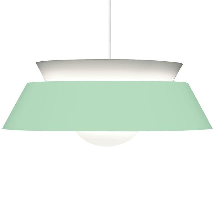 Lámpara de techo compuesta de una estructura en acero verde menta y blanco con un acabado satinado y un cable de suspensión blanco.Clásica y atemporal, la lámpara de techo Cuna presenta un estilo ...