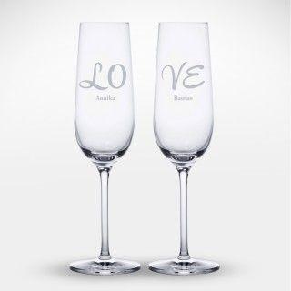 Alleine ist anstoßen nur halb so schön. Unsere Sektgläser Love mit Gravur sind eine perfekte Idee für den feierlichen oder romantischen Abend zu zweit.