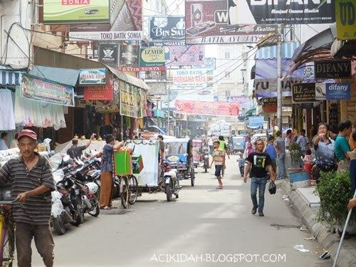 Pajak IKan Medan Pusat Tekstil dikota medan hanya beberapa ratus meter dari Lapangan Merdeka Medan berada dikawasan Kesawan. Belanja oleh2 kain disini tempatnya