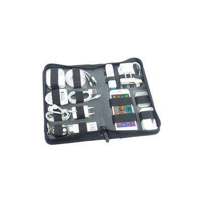 Organizator promotional de calatorie 898091, fabricat din piele ecologica Timber si prevazut cu un compartiment exterior, cleme de prindere pentru diferite accesorii si dispozitive si inchidere cu fermoar. Organizatorul de voiaj vine ambalat intr-o cutie de carton si poate fi personalizat la comanda cu detaliile companiei pentru a fi oferit drept cadou in campaniile de promovare. Dimensiune: (A5) 17 x 25,5 x 4 cm.