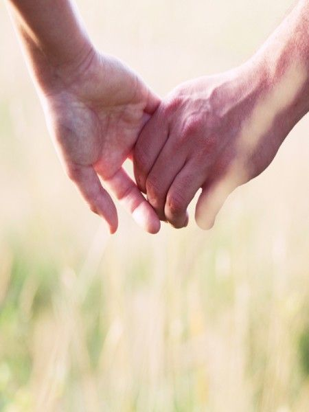 """Erstaunlich wirksam ist Reflexzonenmassage an den Händen. Der Nackenbereich """"spiegelt"""" sich an den Außenkanten der Daumen. Kneten Sie mit der Daumenkuppe einer Hand die Außenkante des anderen Daumens vom Grundgelenk bis zur Spitze entlang. Immer wieder, etwa zwei Minuten.  Extra-Tipp Um die Schultern zu lockern, massieren Sie mit der Daumenkuppe genauso die Innenseite des kleinen Fingers der anderen Hand."""