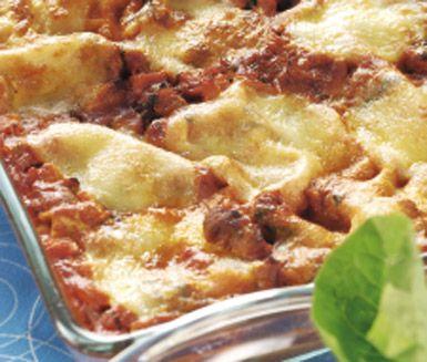 Kycklinglasagne med tomat och mozzarella är en riktigt god variant på lasagne. Morötter gör lasagnen saftig och vitlöken ger lite sting. Kycklinglasagne är en utmärkt middagsrätt.