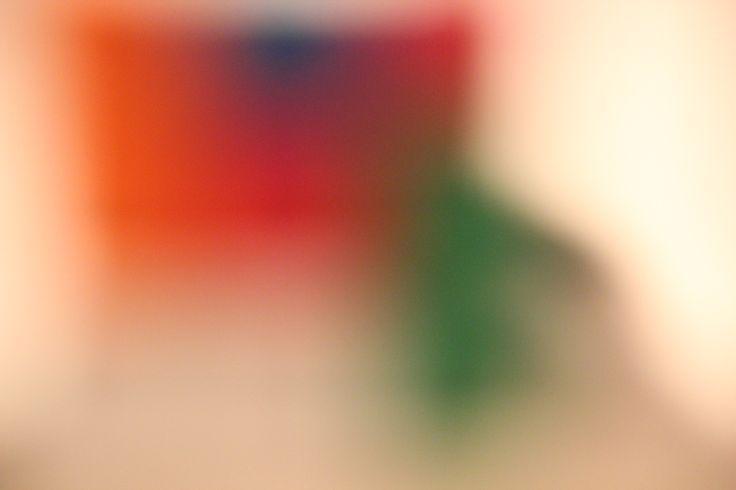Concept 2: Voor mijn tweede concept wilde ik de veelhei aan  en drukte van alle kleuren die je deze dagen ziet in de winkelrekken en in het straatbeeld, benadrukken. Door de gigantische hoeveelheid lijkt het allemaal 1 waas te worden. Ik koos een object met veel kleuren (rubix cube) en ging hem van dichtbij met weinig scherpstelling fotograferen.
