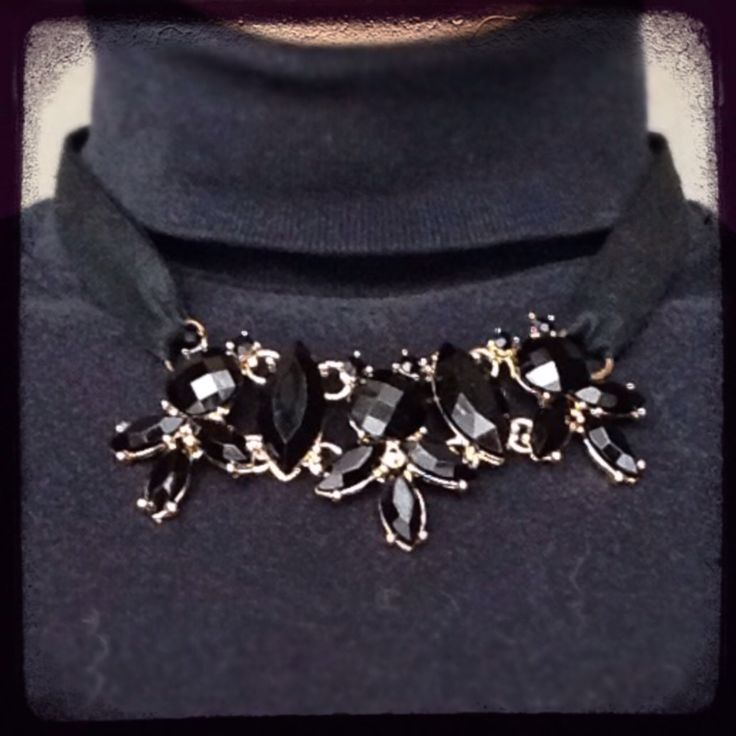 Collana elegante ideale per le serate di festa   Statement necklace perfect for Christmas season nights