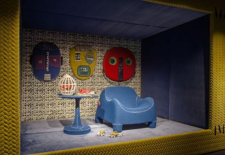 Progetto DOGON di Paola Navone con tessuti Rubelli. Tra gli arredi: poltrona Gomma di Bonacina, tavolino Vulcano di Poliform