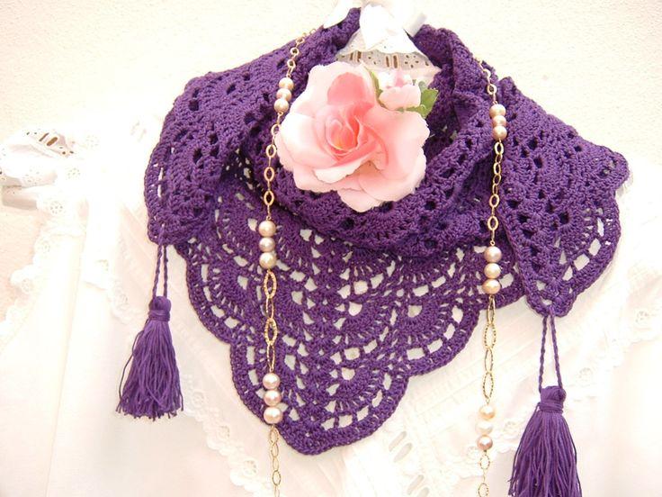 Sciarpa in pizzo stile etno-chic eseguita a mano all'uncinetto in cotone viola con le nappine. Crochet moda donna estate.Scialle etnico
