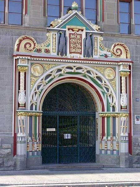 Eingangstür des Landgerichts Halle, Sachsen-Anhalt, Deutschland, 1903-1905 erbaut von den Baumeistern Paul Thoemer und Karl Illert | Foto: Nuethen Restaurierungen