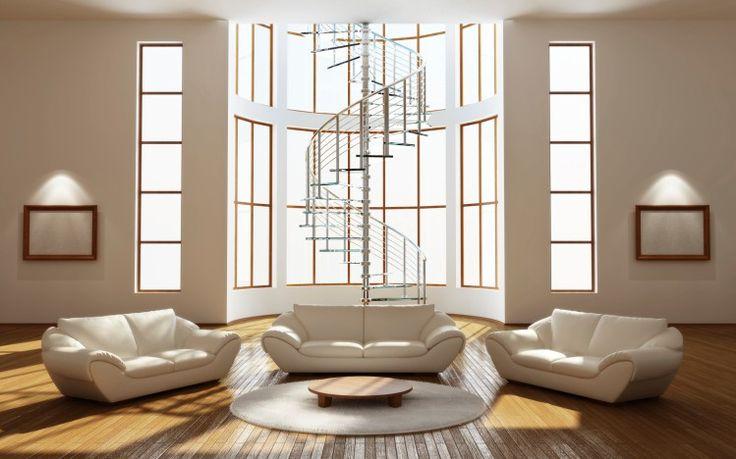 Großes Wohnzimmer mit Wendeltreppe, Kathedrale Decke, 3 weißen Sofas, Couchtisch aus Glas und hartes Holz Bodenbelag