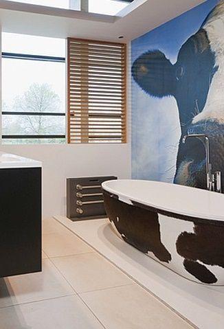 In welke volgorde werk je best je badkamer af? Lees het in ons artikel! Foto: www.lambrechts.eu (modern • vrijstaand bad • tegels • lamellen • koeienmotief)