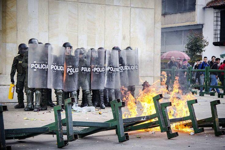 Bogotá, Colombia.  Ph: Carlos Bernate @tejiendo_memoria14 / Tejiendo Memoria  Entre molotov y gases finalizó la hornada de protestas del día de hoy.  Alrededor de 15 mil personas se tomaron las calles de la ciudad de bogotá, los manifestantes le reclaman al gobierno la venta de Isagen, el salario mínimo, la liquidación de caprecom y la reforma tributaria.  #TejiendoMemoria#HistoriasDeMiAldea#Bogotá#streetphotography#Colombia#disturbios#protestas#Paro#ESMAD#capturas