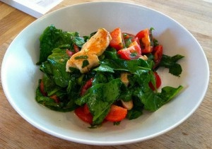 Spinazie salade met warme kip en tomaat