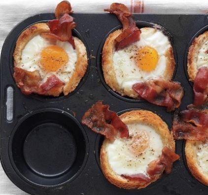 Αυγά με μπέικον μέσα σε φωλίτσα από ψωμί