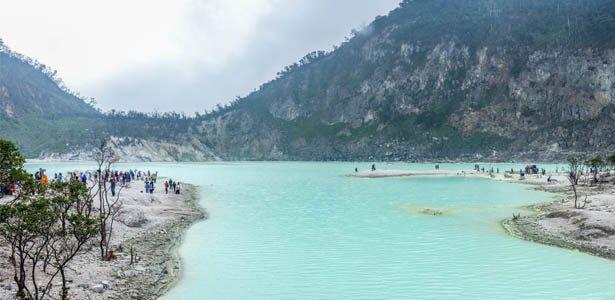 Kawah Putih adalah tempat Wisata yang sangat terkenal di Bandung. Berlokasi di Ciwidey, Jawa Barat, kurang lebih sekitar 50 KM kearah selatan Kota Bandung