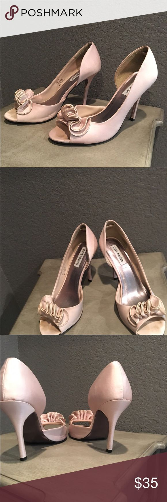 Satin shoes Elegant satin Champaign color shoes, by Steve Madden ! Excellent condition , super comfortable! Steve Madden Shoes Heels