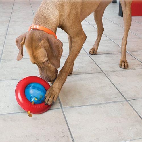 Kong GyroUnderholdende leke for hunden din. Fyll den med tørrfôr eller godbiter. Perfekt for individuell lek. Super også om du har en hund som sluker tørrfôret og som trenger å bruke litt lengre tid på måltidet.Størrelser:Small - 13cm x 8cmLarge - 18cm x 10cmFarge: rød/blå
