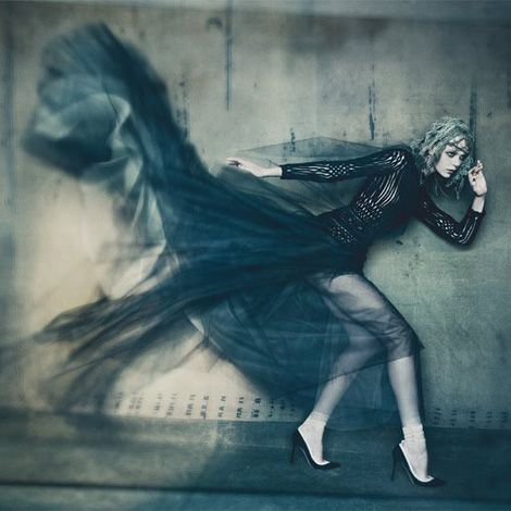 Cool editorial shot by Paolo Roversi  for Vogue Italia's September couture supplement styled by Lori Goldstein.  paoloroversi.com