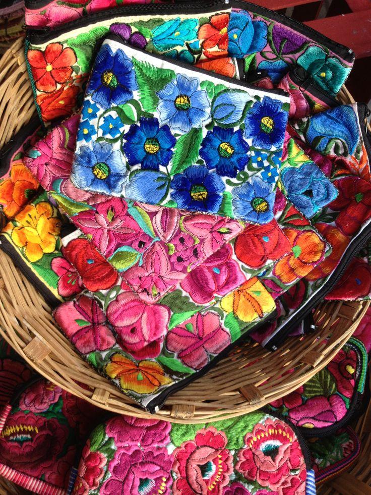 Carteras en un mercado mexicano, bordado hecho en Chiapas, México.