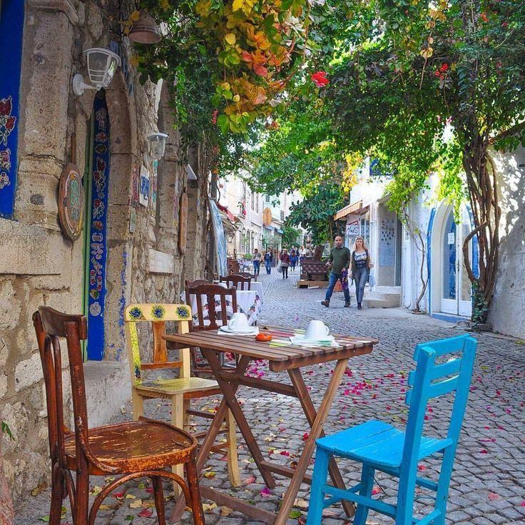 Alaçatı'nın en renkli, en keyifli zamanları asıl şimdi başladı. Yaz kalabalığı olmadan, sokaklarında şöyle oturup gerile gerile kahvenizi yudumlamak var şimdi.☺☕️ Bu arada Ot Festivali 7-9 Nisan'da. Yerinizi ayırtmayı unutmayın! www.kucukoteller.com.tr/alacati-otelleri.html Fotoğraf @kesfetsek #alacati #ilkbahar