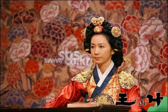 The King and I(Hangul:왕과 나;hanja:王과 나;RR:Wanggwa Na) is a South Korean historical drama series that aired onSBS. StarringOh Man-seok,Ku Hye-sunandGo Joo-won. 인수대비