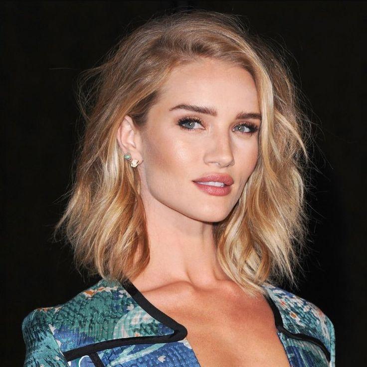"""Com certeza a Rosie esta entre as mais lindas do momento ❤️ #rosiehuntingtonwhiteley #blonde #loira #lob #cortemedio #medio #luzes #highlights"""