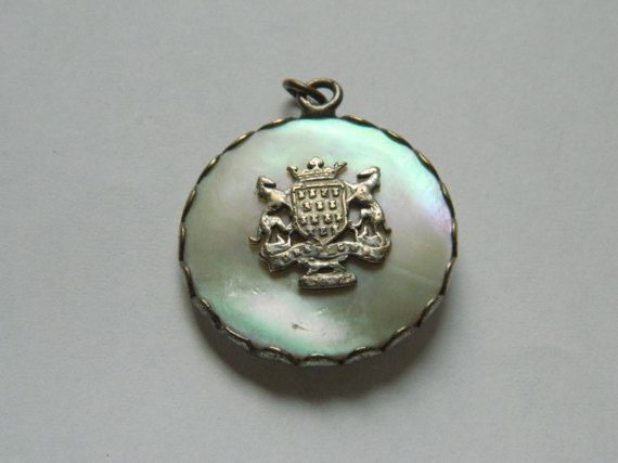 Exquise médaillon antique avec les armoiries de la Bretagne