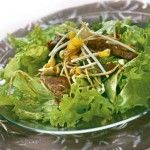 Хрустящий салат с говядиной Для приготовления блюда Хрустящий салат с говядиной необходимы следующие ингредиенты: 500 гр филе говядины, 2 красных перца чили, пучок зеленого лука, 200 гр росток сои, пучок кинзы, кочан листового салата, 2 лайма, растительное масло, 6 столовых ложек масла оливкового, соль на пробу, перец молотый черный на пробу.