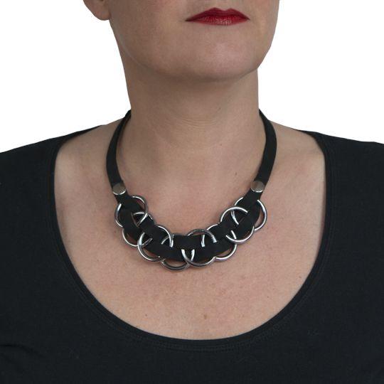 Jett, ketting van zwart, zacht leer. Eigen ontwerp en prachtig afgewerkt. €62,50 te bestellen: www.issamadeby.nl/jett-necklace