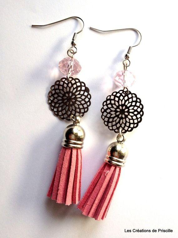 Boucles d'oreilles rosace, perles en verre toupie, et pompon en suédine rose
