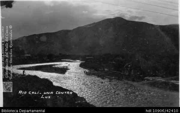 Biblioteca Departamental Jorge Garces Borrero y JULIA JIMENEZ DE CANTOR. Vista nocturna del río Cali. OTRO: Biblioteca Departamental Jorge Garcés Borrero, Cali 1940.