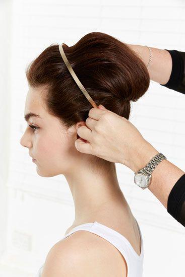 Passo 5 – Acrescente ao penteado um acessório simples, para lhe dar o seu toque pessoal.