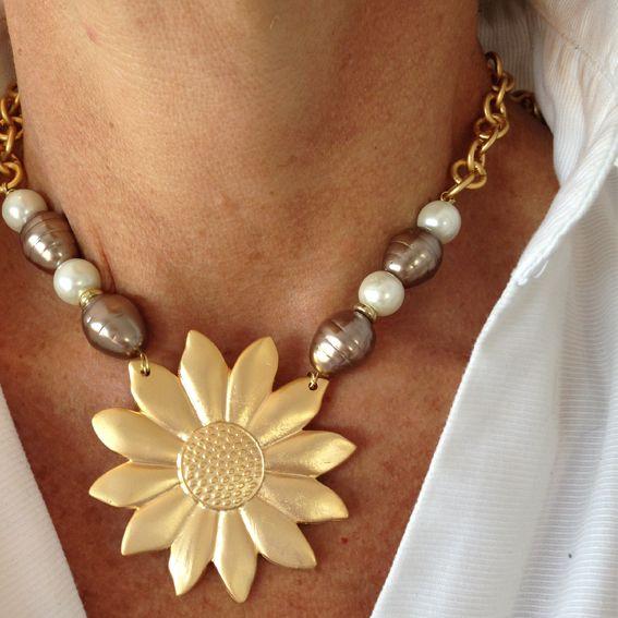 Girasol con perlas doradas y perlas de rio blancas
