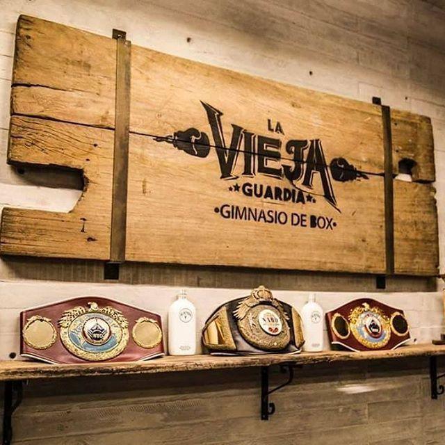 Con Instalaciones de equipo profesional equipo técnico liderado por el entrenador en jefe y experimentado boxeador Jorge Lacierva. El boxeo mexicano tiene una nueva sede en un espacio recuperado en la zona de Polanco se encuentra La Vieja Guardia. Si uno de tus propósitos de año nuevo es practicar una nueva disciplina esta es una excelente opción. Checa más información y detalles en su sitio: http://viejaguardia.mx/ @laviejaguardiamx #LaViejaGuardia #SiLaVidaTeGolpeaCabecea #BoxVerdadero…