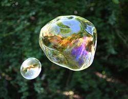 Según Bubbles.org , Dawn líquido lavavajillas hace grandes burbujas hechas en casa. Aquí está la receta de la burbuja gigante utilizada en los fabricantes de burbujas en los museos de muchos niños: 1/2 taza de Dawn Ultra 1/2 galón de agua tibia 1 cucharada de glicerina (disponible en cualquier farmacia) o jarabe de Karo Blanca trabaja también! Revuelva suavemente. Descremada la espuma de la parte superior de la solución.