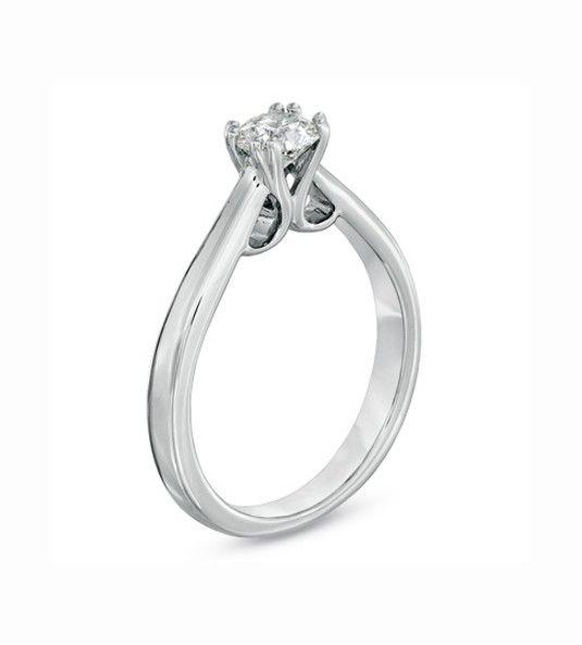 El Solitario de diamantes MIRIAM OCARIZ 3 está creado por la reconocida diseñadora Miriam Ocariz. Su diseño se basa en un corte clásico y sencillo, junto a toques originales y actuales. Con ello obtenemos un bello anillo de diamantes en oro de Primera Ley, ideal para cualquier mujer amante de la joyería de calidad.