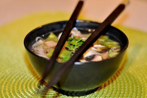 Soupe asiatique au poulet et aux vermicelles de riz (Josée Fournier) - Châtelaine