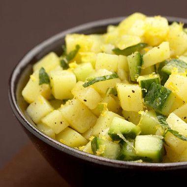 Slaatje van aardappels, munt en komkommer
