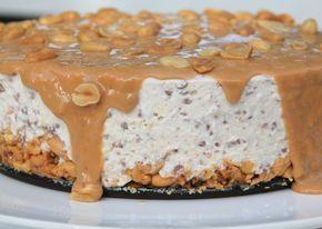 Snickerscheesecake. Jag blandade allt jag gillade på denna cheesecake: Choklad, salta jordnötter, söt kolakräm ochdet blev faktist hel galet gott , bland de godastejag gjort.