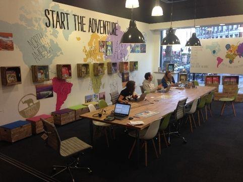 Mesa Comunal Espacio Comun Y Luminarias Es La Oficina De STB En Londres Holiday BookingShop InteriorsOffice DesignsTravel IdeasTravel Agency35th