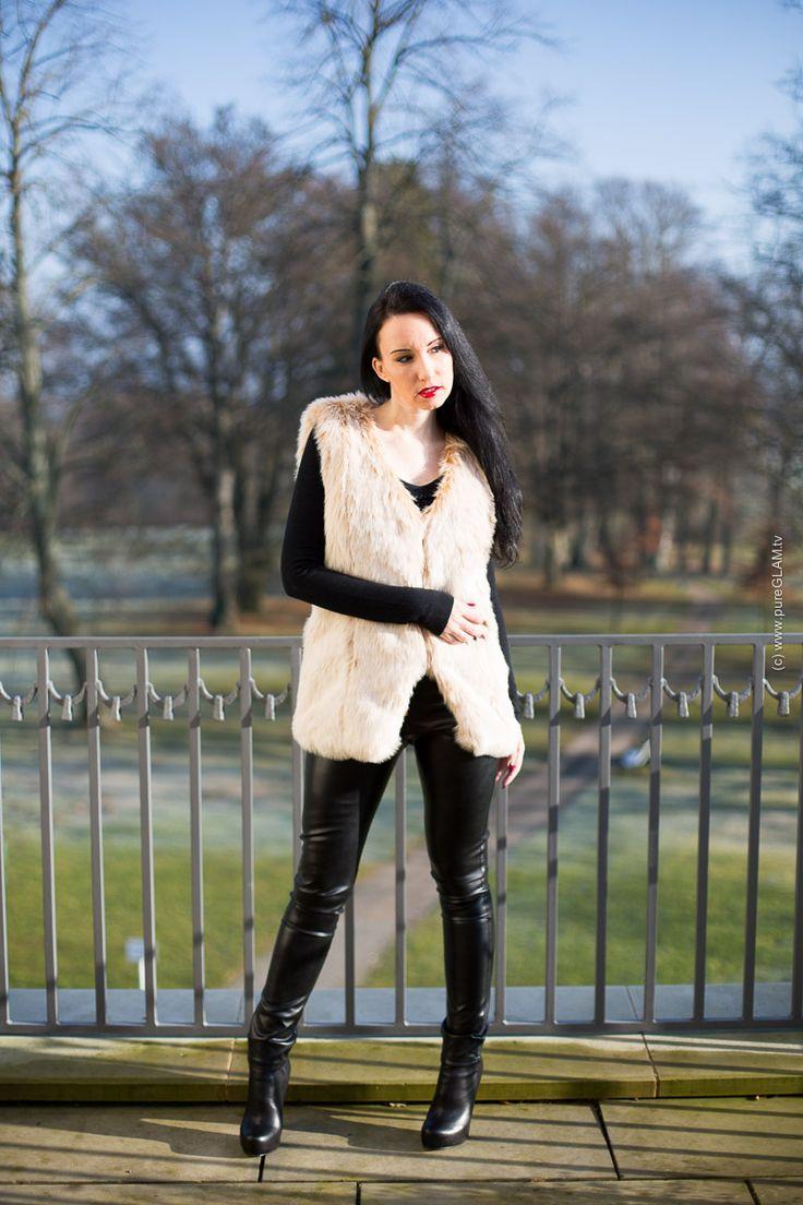 Lederhose in schwarz mit Kunstfellweste von @ArcanumFashion - Fotos Schloß Flesensee - Radisson Hotel - Waren der Müritz - Fashionblogger - Modeblog aus München - OOTD - Lookbook